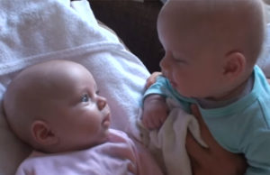 bébés jumeaux